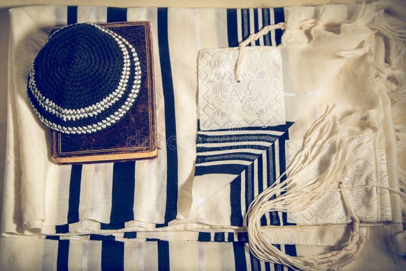 Talit、Kippah和Siddur -犹太礼节对象 库存图片