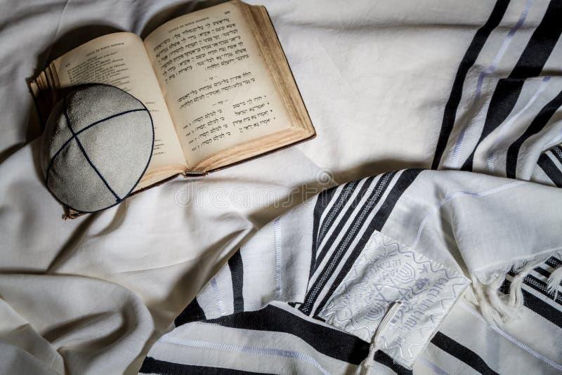 Talit, Kippah και Siddur - εβραϊκά τελετουργικά αντικείμενα στοκ εικόνες