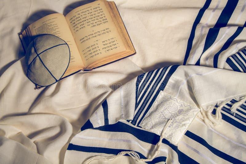 Talit, Kippah и Siddur - еврейские ритуальные объекты стоковое фото rf