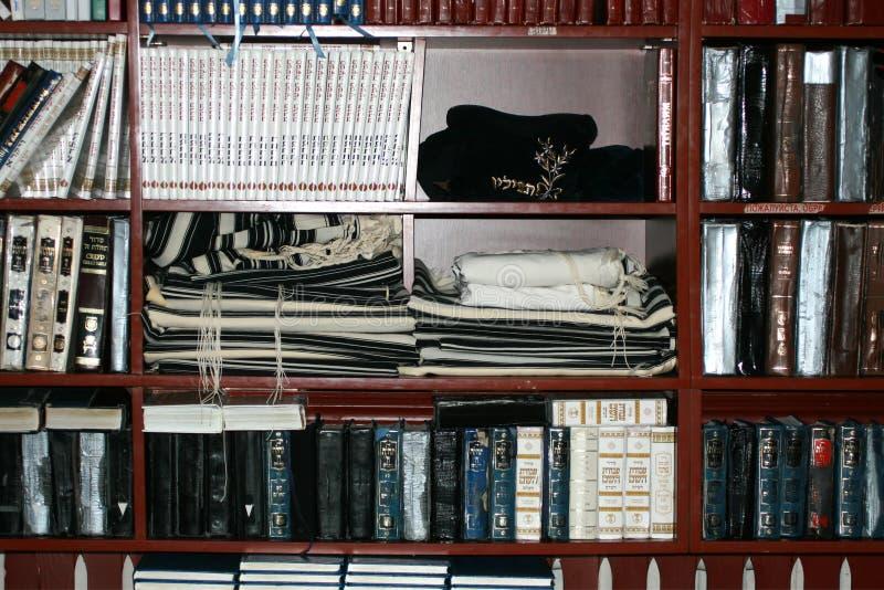 Talit, tsitsit, livros sagrados hebreus na prateleira judaism foto de stock