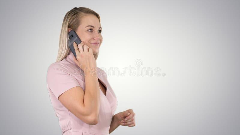 Talkin женщины по телефону на предпосылке градиента стоковое фото rf