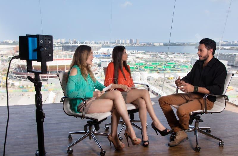 Talkshowradioutsändning på televisionstudion royaltyfri foto