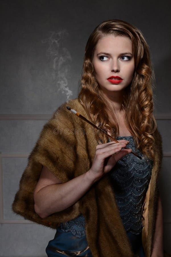 40-talkvinna med cigaretten royaltyfri bild
