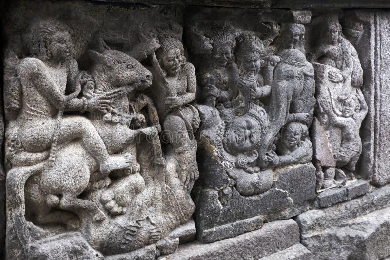 Talla de alivio en el templo de Prambanan, Indonesia imagenes de archivo