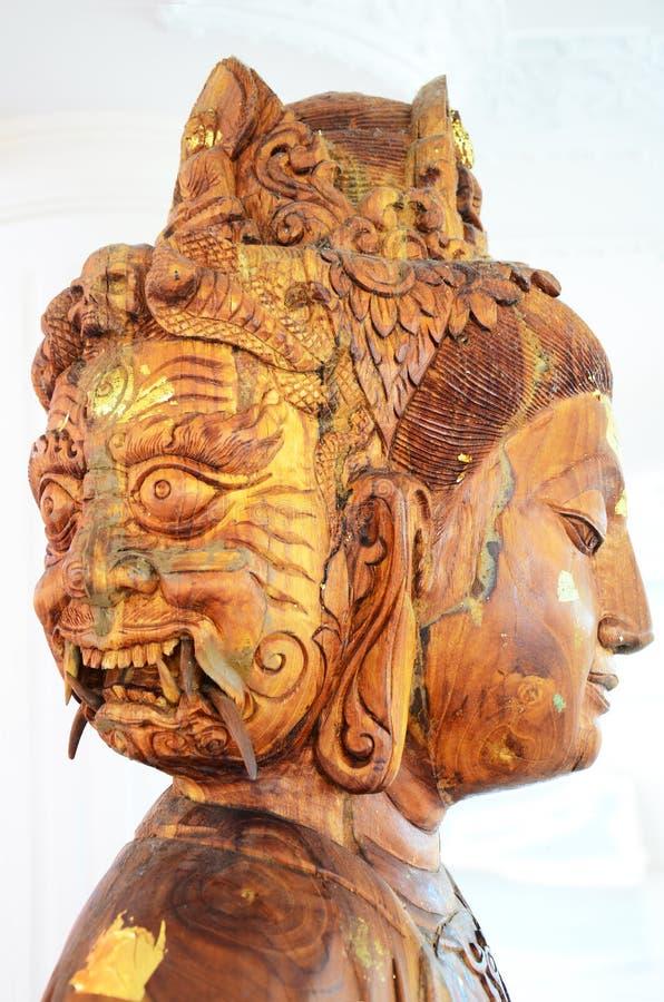 Talla de la cara de madera de la estatua o de Guan Yin tres de la diosa del Bodhisattva imagen de archivo