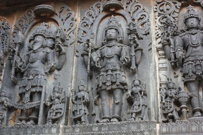 Talla de la pared del templo de Hoysaleswara del autor Vishnu Guardian y Shiva Destroyer de Brahma foto de archivo libre de regalías