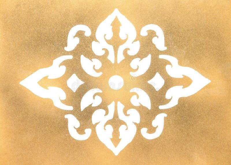 Talla de los estampados de plores del metal del oro aislada en el fondo blanco imagenes de archivo
