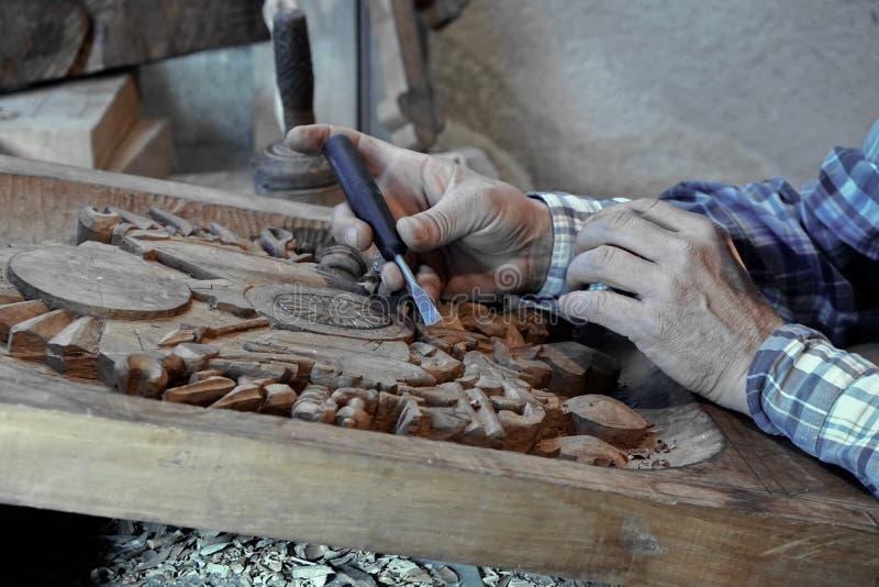 Talla de madera Carver con el cincel imagen de archivo