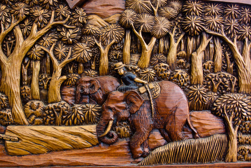 Talla de madera del elefante de trabajo foto de archivo libre de regalías