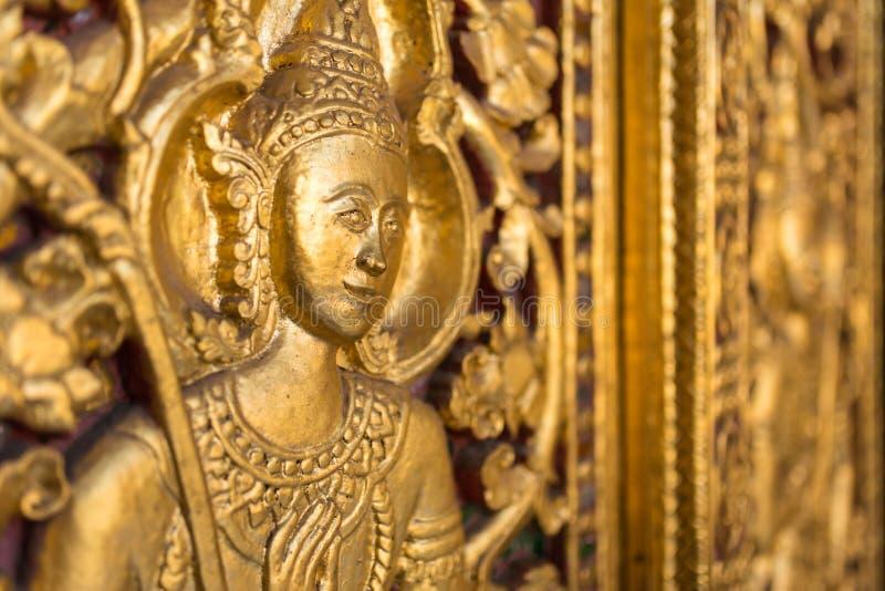 Talla de oro hermosa en la puerta del templo de Wat Sensoukharam en Luang Prabang fotografía de archivo