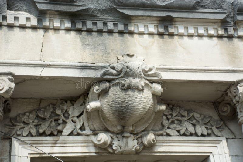 Talla de piedra detallada sobre la entrada foto de archivo