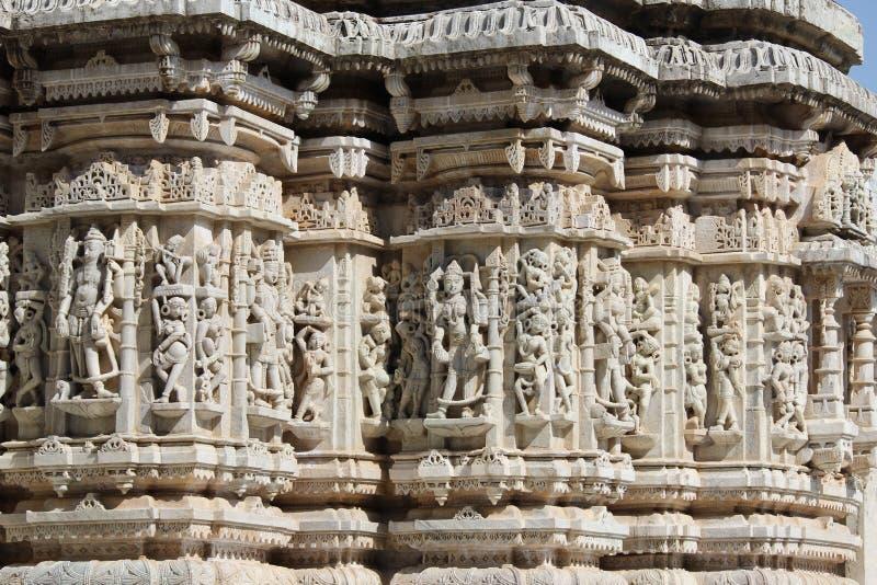 Talla de piedra hermosa en el templo antiguo del sol en el ranakpur foto de archivo