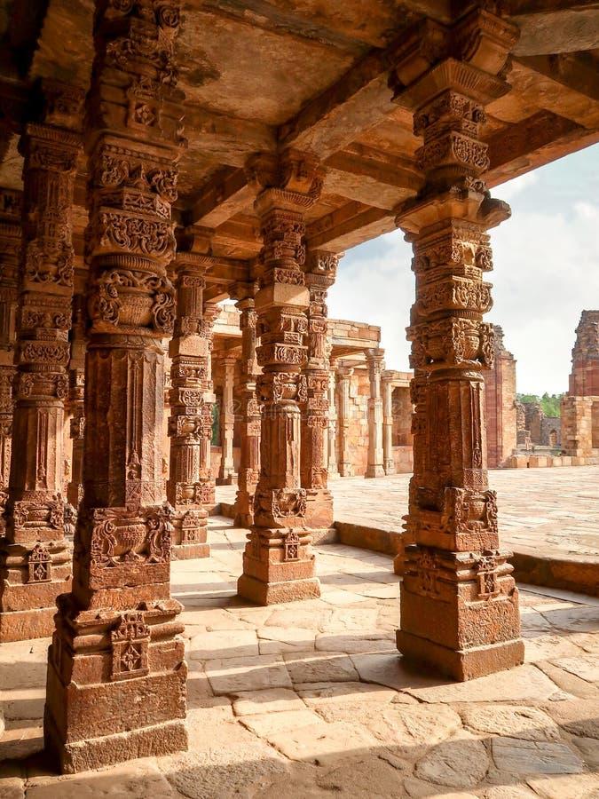 Talla de pilares en Qutub Minar en Nueva Deli, la India fotos de archivo
