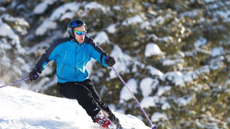 Talla del esquiador en nieve del polvo fotografía de archivo libre de regalías