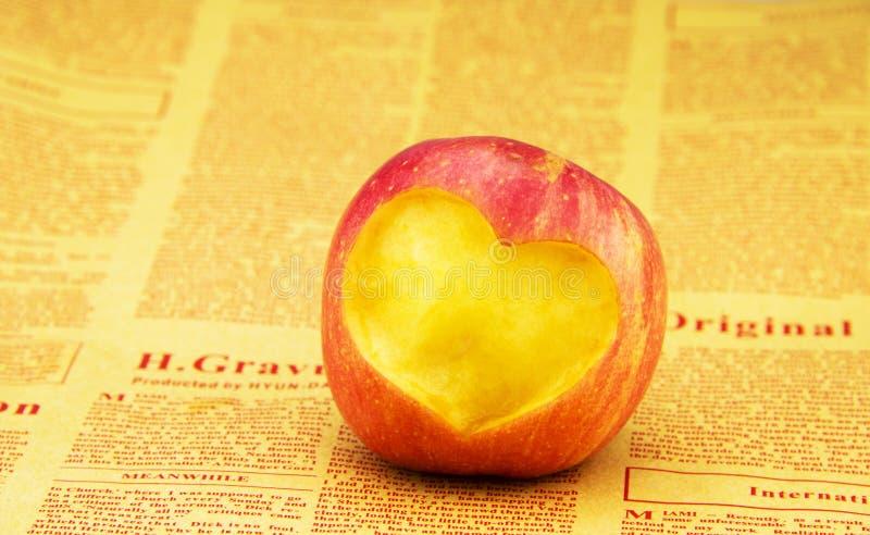 Talla del modelo en forma de corazón en manzana fotografía de archivo libre de regalías