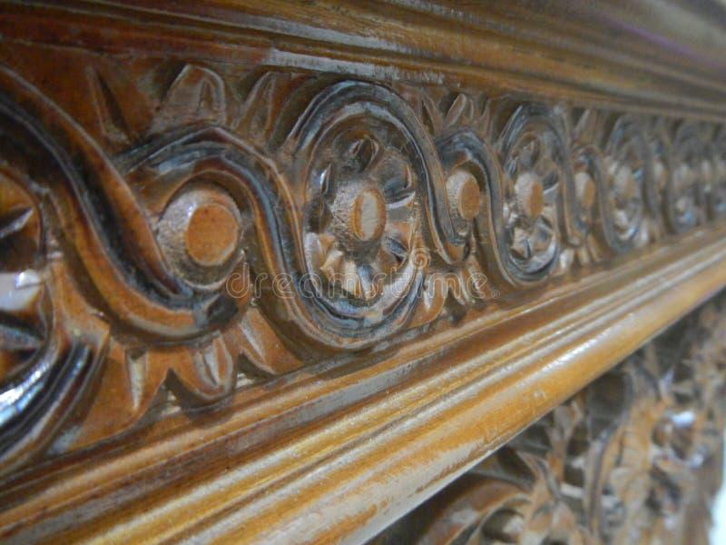 Talla floral en los gabinetes de madera de la teca imágenes de archivo libres de regalías