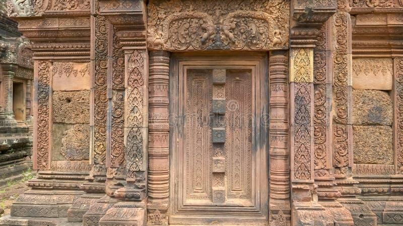 Talla hermosa en el templo banteay del srei en angkor imagen de archivo