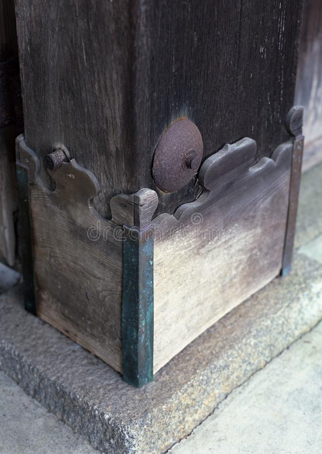 Talla japonesa del diseño floral de la parte inferior de la puerta del fondo de madera imagenes de archivo