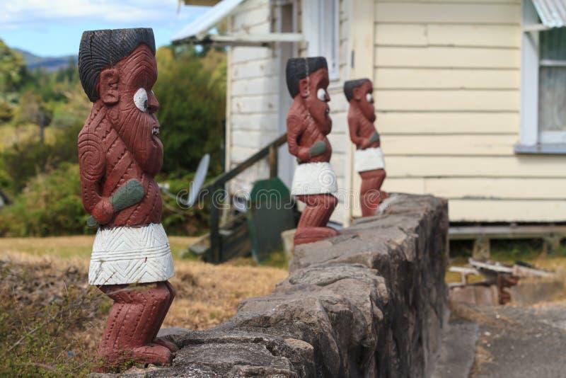 Talla maorí de madera Fila de las estatuillas del guerrero en Whakarewarewa, Nueva Zelanda imágenes de archivo libres de regalías