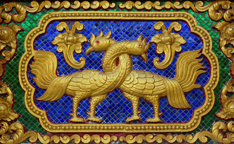 Talla tailandesa nativa del estilo adornada en templo Esculturas en el templo imagen de archivo libre de regalías