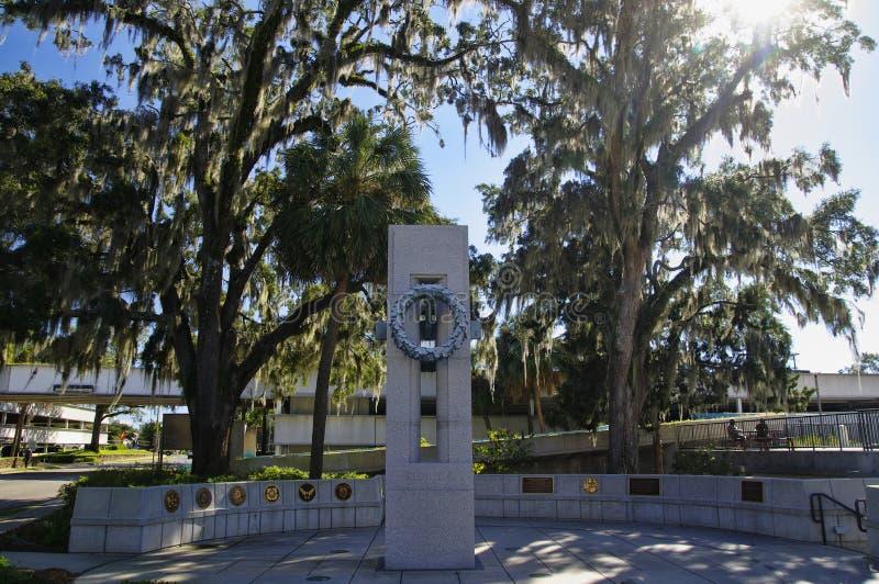 Tallahassee USA - Oktober 24, 2017: Frihetsmonumentet i opposite av museet av buien för Florida historia, för statligt arkiv och  fotografering för bildbyråer