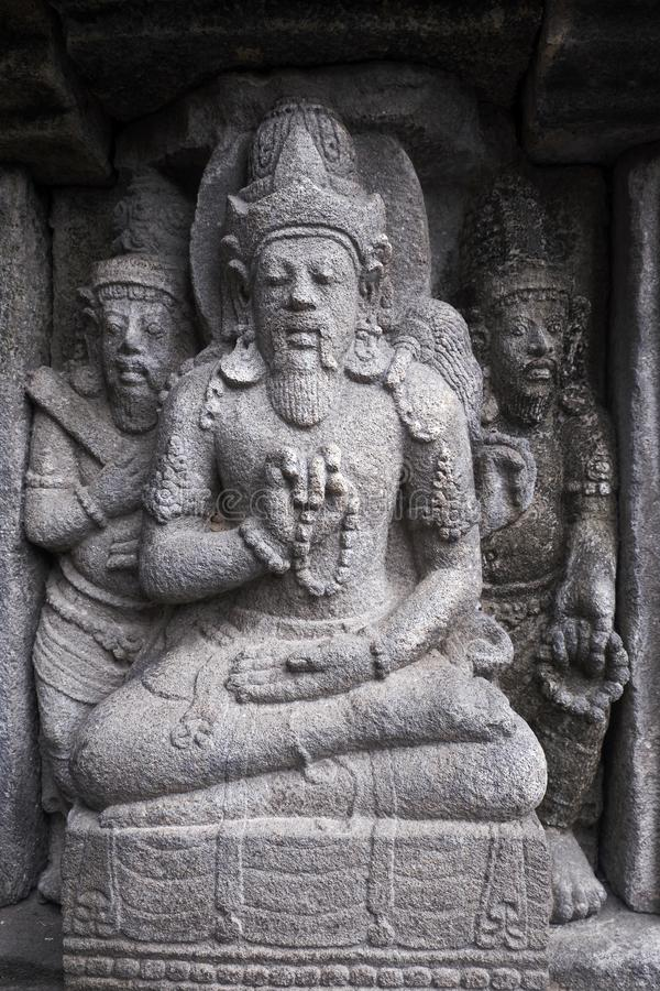 Tallando en el templo de Prambanan, Indonesia fotos de archivo