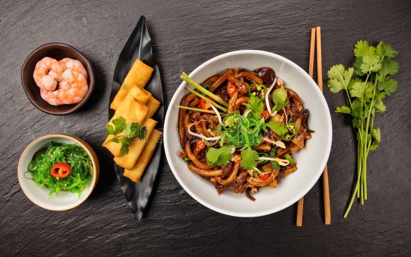 Tallarines asiáticos con la salsa y el pollo picantes de soja imágenes de archivo libres de regalías