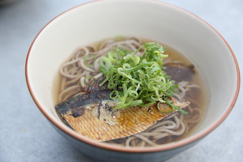 Tallarines calientes del soba con los pescados de la caballa, comida japonesa de los tallarines foto de archivo libre de regalías
