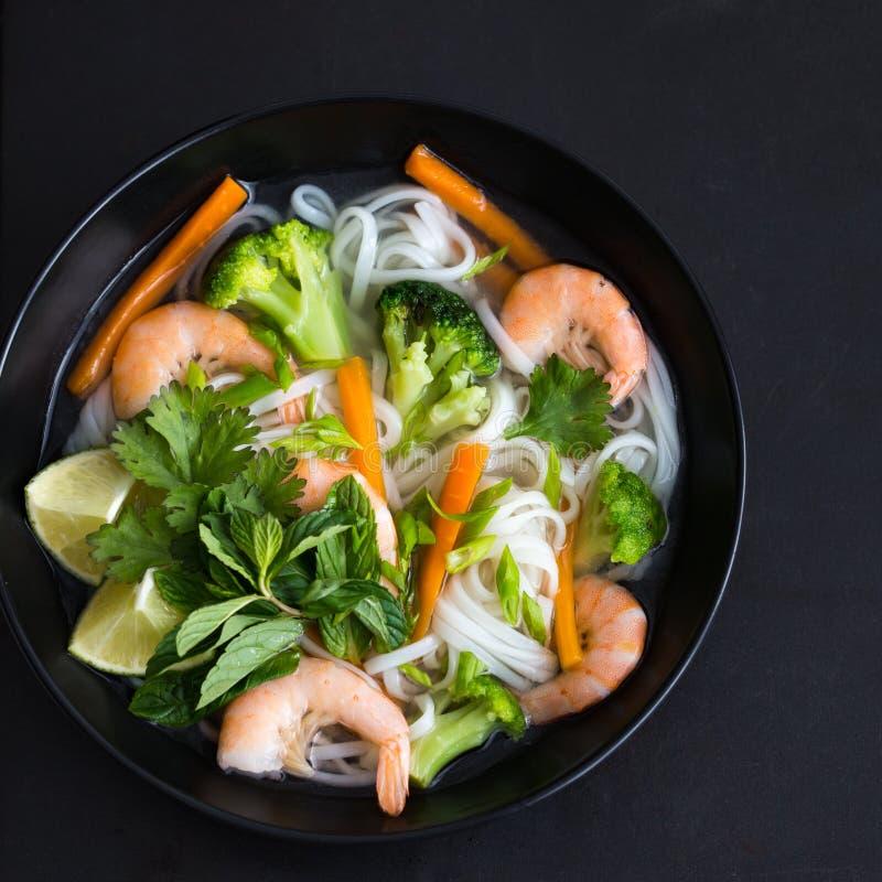 Tallarines, camarones y sopa de verduras asiáticos de arroz en cuenco foto de archivo libre de regalías