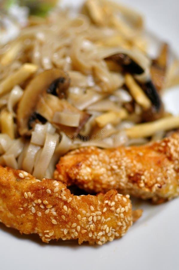 Tallarines chinos fritos imagenes de archivo