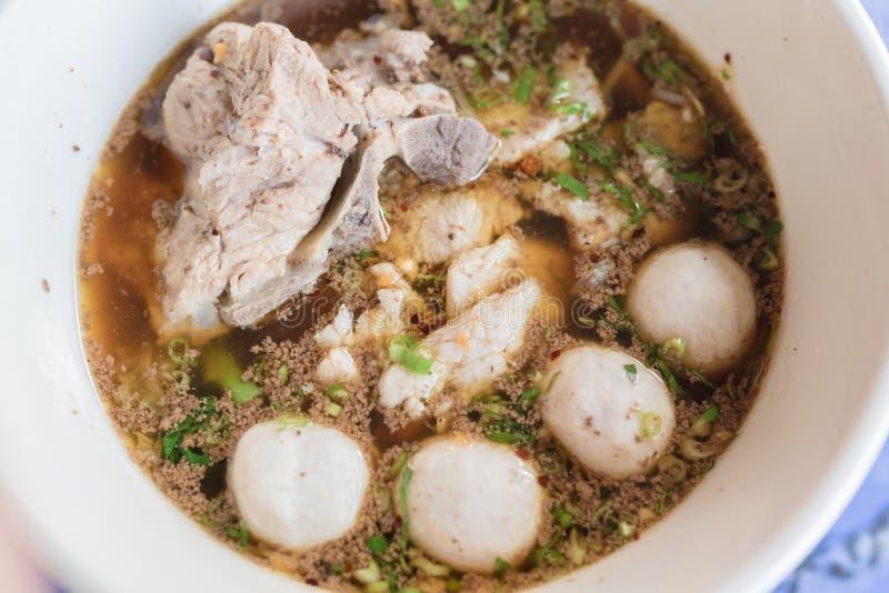 Tallarines con cerdo y bolas del cerdo con estilo tailandés de la sopa Tallarines del barco de la llamada de la gente tailandesa  foto de archivo libre de regalías