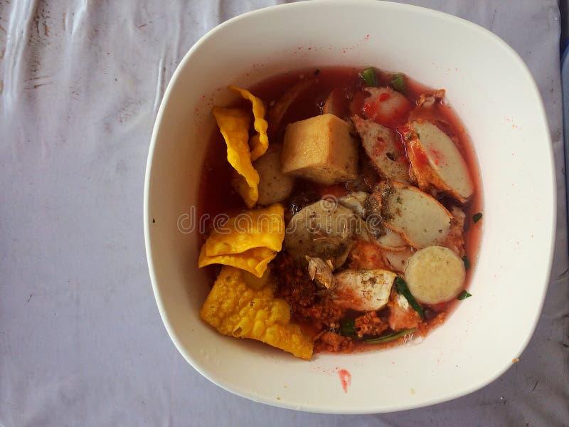 Tallarines con la sopa y el rojo de los mariscos imagenes de archivo