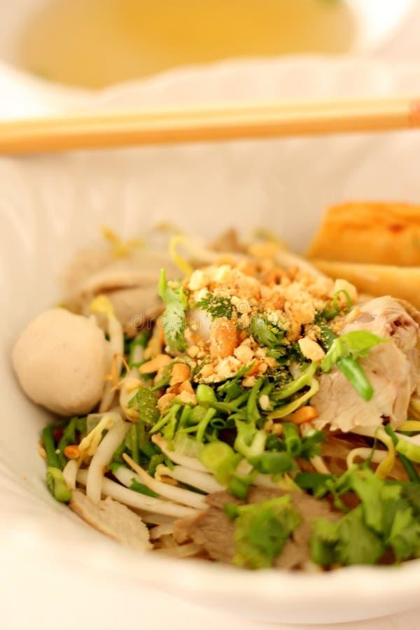 Tallarines de arroz asiáticos con la bola del cerdo y de pescados foto de archivo