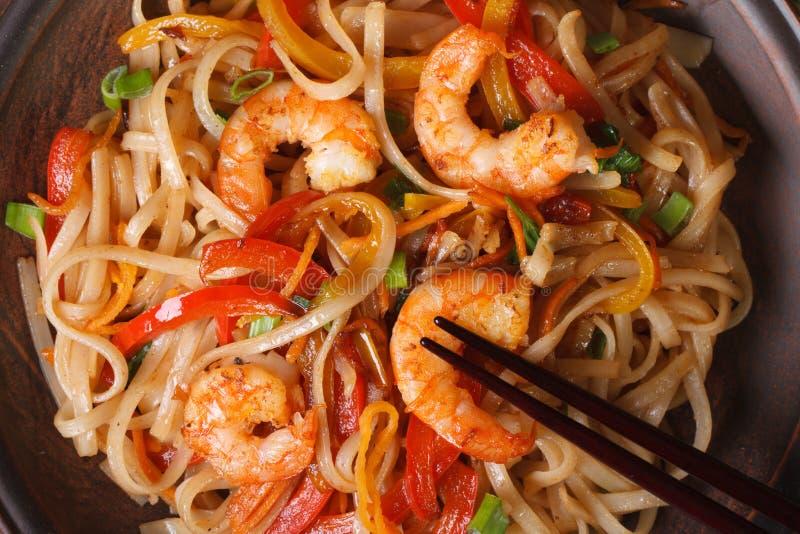 Tallarines de arroz con el camarón y la macro de las verduras horizontales fotografía de archivo