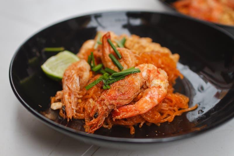 Tallarines de arroz con los camarones y las verduras imagenes de archivo