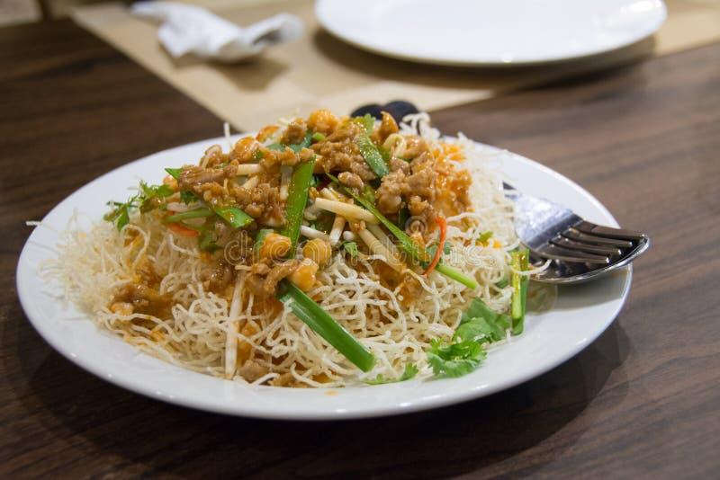 Tallarines de arroz curruscantes sabrosos fotografía de archivo