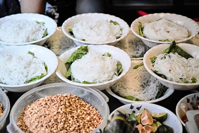 Tallarines de arroz en el viejo cuarto en Hanoi fotos de archivo