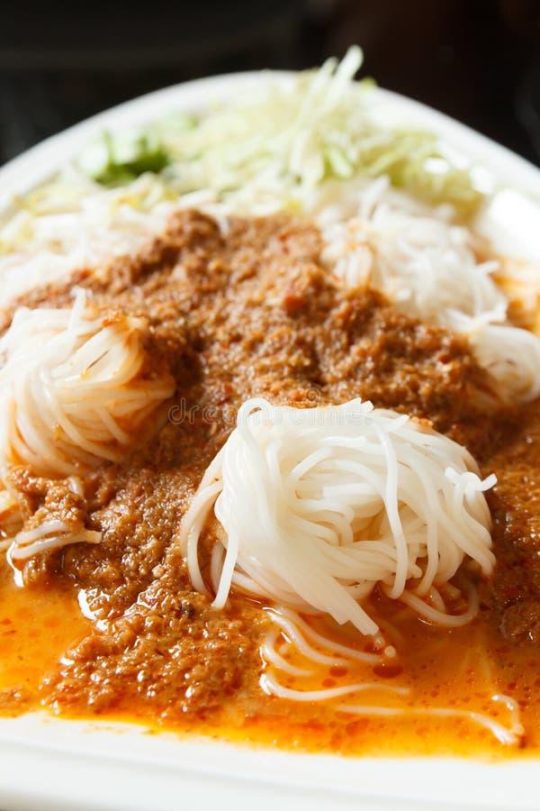 Tallarines de arroz en salsa de curry de los pescados imagen de archivo