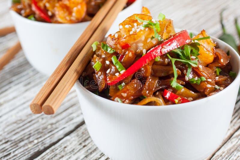 Tallarines de arroz frito con el camarón foto de archivo libre de regalías
