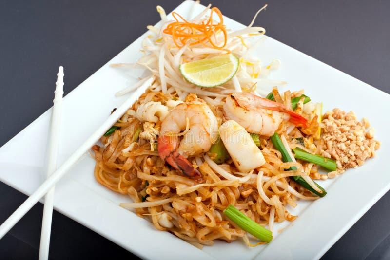Tallarines de arroz frito tailandeses de la pista de los mariscos imágenes de archivo libres de regalías
