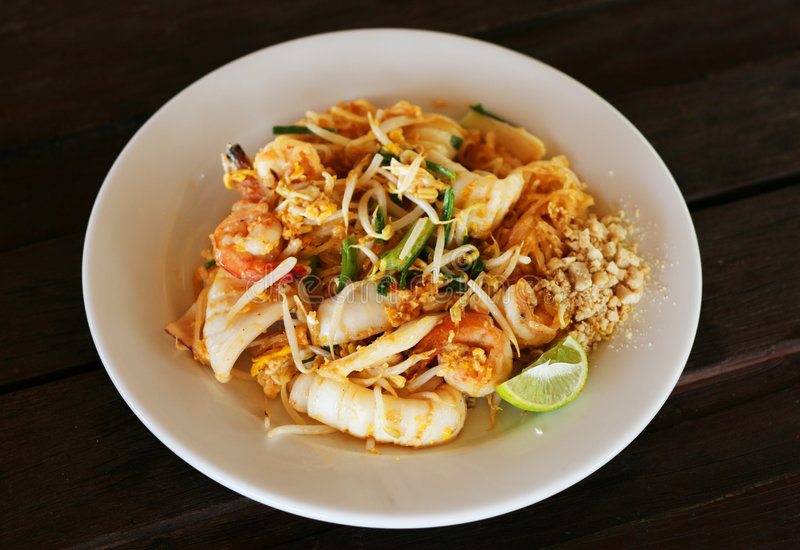 Tallarines de arroz frito tailandeses del estilo fotos de archivo libres de regalías