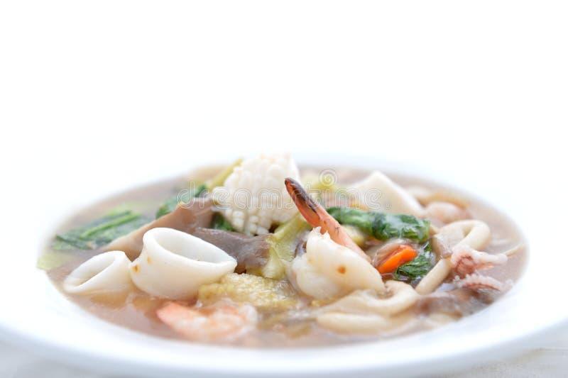Tallarines de arroz marisco y verduras imagenes de archivo