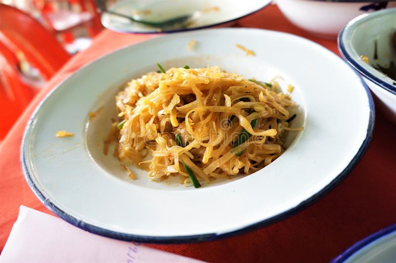 Tallarines de arroz o cojín sofritos Mee Korat imagenes de archivo
