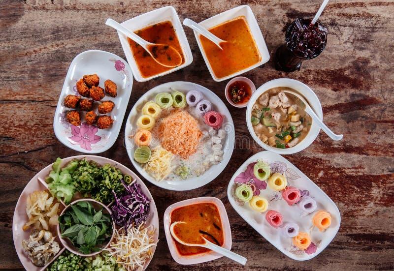 Tallarines de arroz o fideos tailandeses con la diversa clase de curry rojo tailandés, visión superior imágenes de archivo libres de regalías