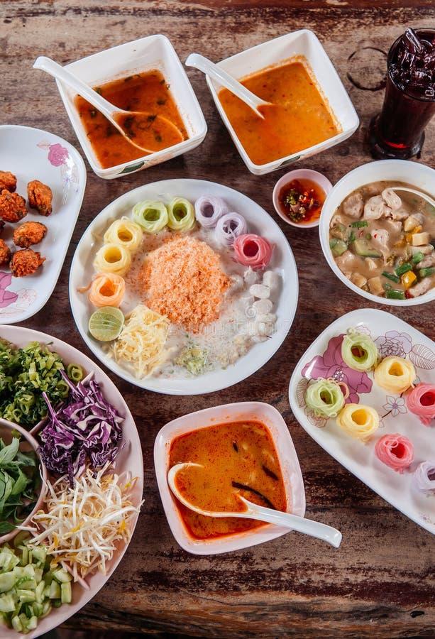 Tallarines de arroz o fideos tailandeses con la diversa clase de curry rojo tailandés, visión superior fotografía de archivo libre de regalías