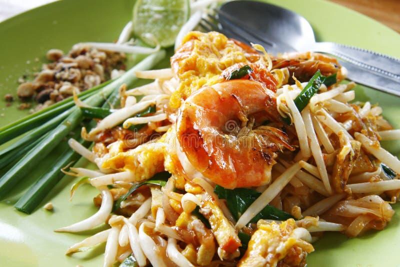 Tallarines de arroz revolver-fritos tailandeses con el camarón fresco foto de archivo