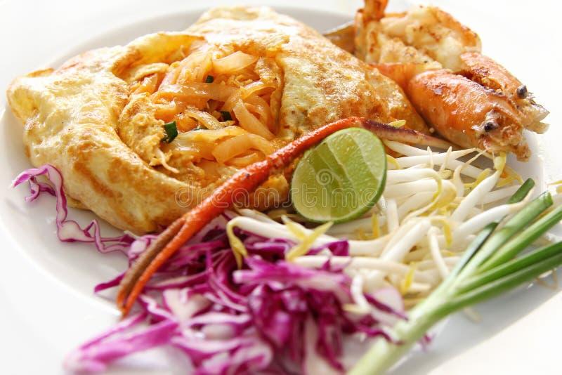 Tallarines de arroz revolver-fritos tailandeses (pista tailandesa) fotos de archivo