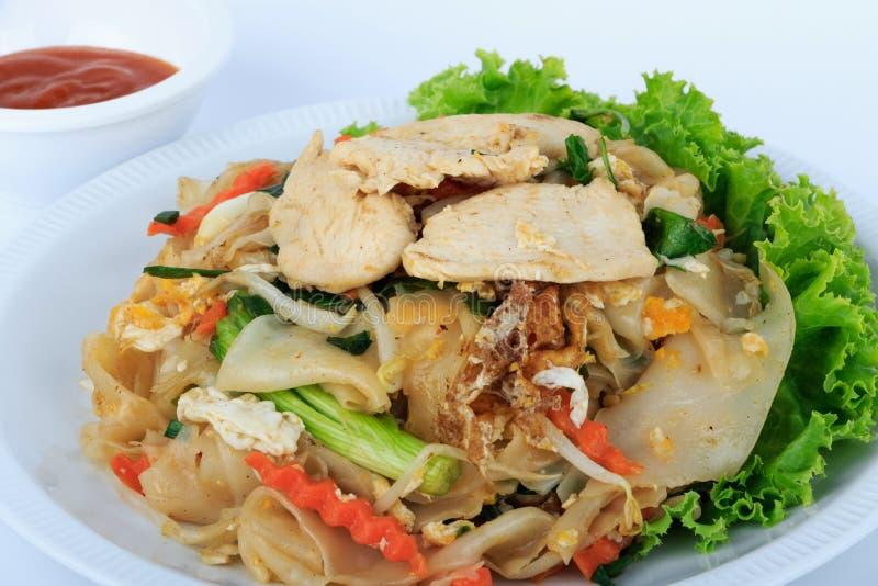 Tallarines de arroz sofritos con el pollo Alimento tailandés de la calle fotografía de archivo