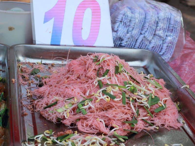 Tallarines de arroz sofritos en el mercado foto de archivo