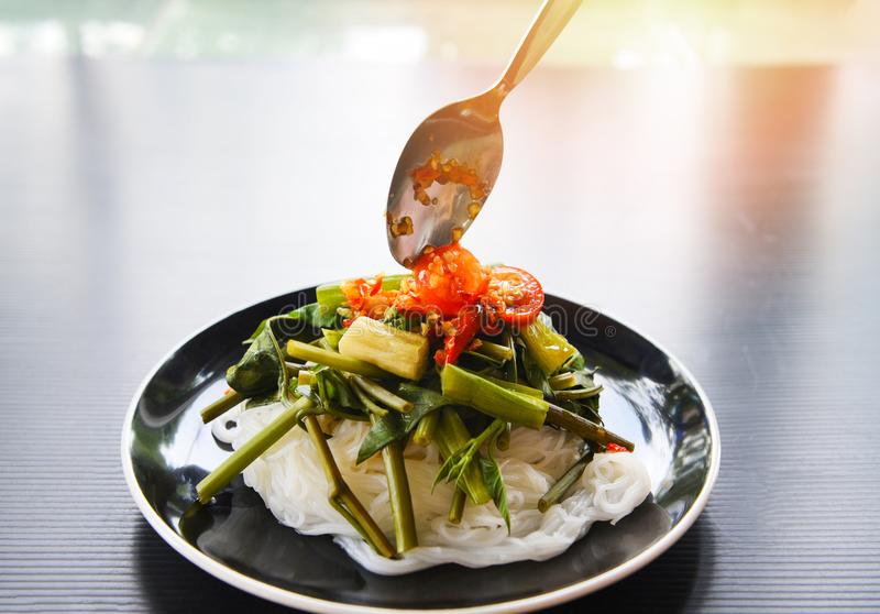 Tallarines de arroz tailandeses con picante de la salsa de chiles servidos en la placa - fideos del arroz y comida asiática veget fotografía de archivo libre de regalías